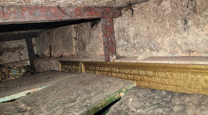 Blick in das Innere gegen Nordwesten auf die über die Deckplatten hinausragende Grabkrone und die Schrifttafeln an der Nordwand
