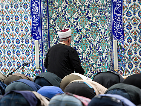 Muslime beten am im Gebetsraum der DITIB-Moschee in Stuttgart
