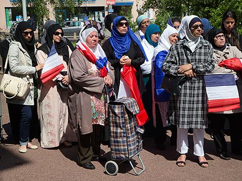 Musliminnen bei einer Demonstration gegen den Vorschlag, muslimischen Müttern bei Schulausflügen das Tragen der Kopfbedeckung zu verbieten, in Mantes la Ville nahe Paris