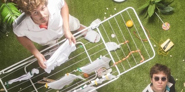 Von Wegen Lisbeth, von oben fotografiert, mit Wäscheständer in einer üppigen Gartenatmosphäre