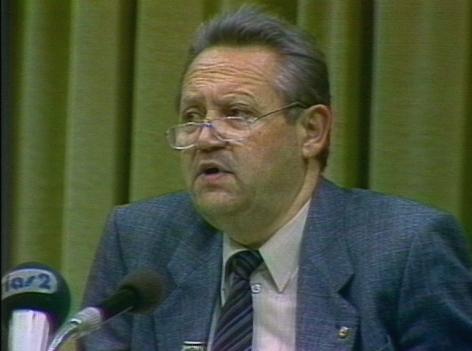 SED Bezirkschef Günter Schabowski bei der PK im DDR-Fernsehen