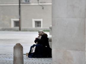 Eine Bettlerin beim Franziskanerkloster in Salzburg