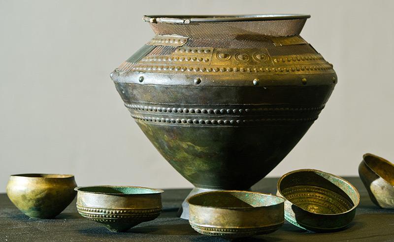 Bronzeamphore und einige kleinere Gefäße aus der Zeit von ca. 900-800 vor Christus, 1991 im brandenburgischen Herzberg ausgegraben