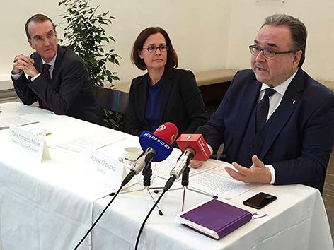 Der evangelische Synodenpräsident Peter Krömer, Diakonie-Direktorin Maria Katharina Moser und Bischof Michael Chalupka) bei einer Pressekonferenz