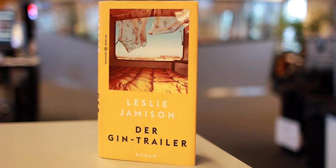 """Trailer-Fenster mit Bett, Buchcover von Leslie Jamisons Roman """"Der Gin-Trailer"""""""
