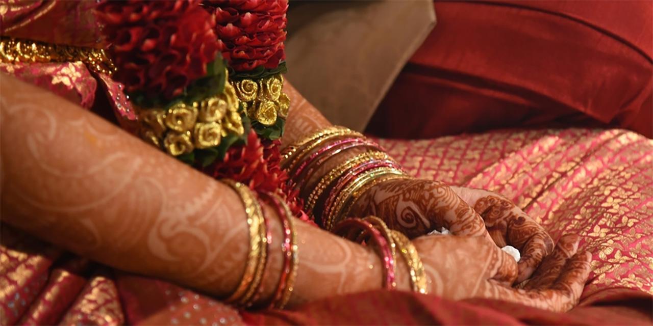 Hände von indischen Frauen