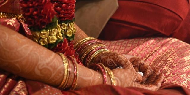 Hände von zwei indischen Frauen