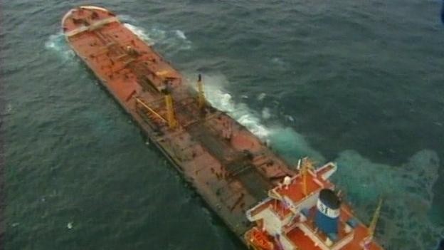 Öltanker Prestige kentert vor Küste Galiziens