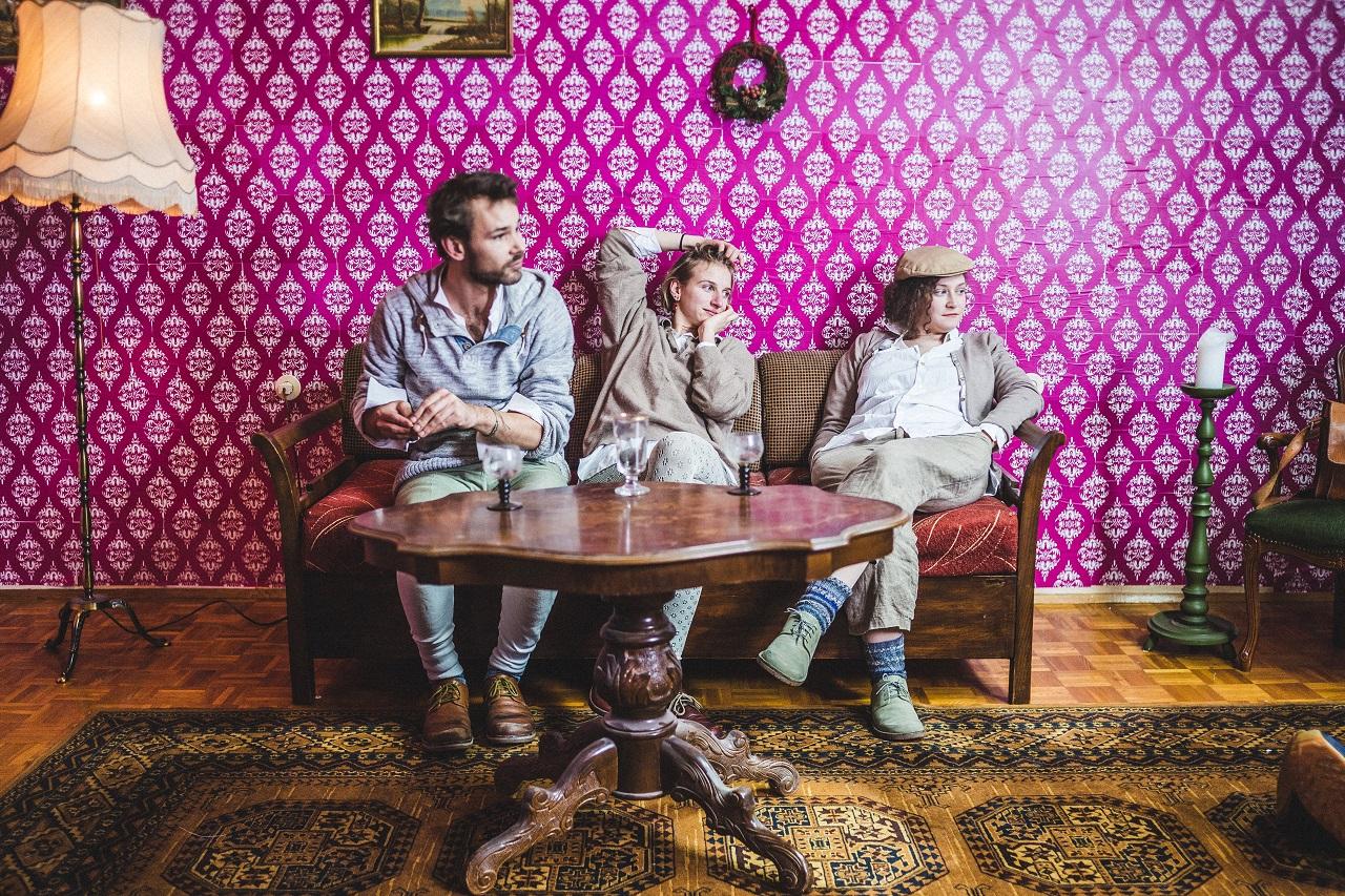 Das Trio Alpine Dweller entspannt sich auf einem Sofa