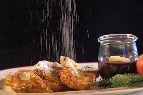 Pofesen mit einem Gläschen Hollerkoch auf Teller