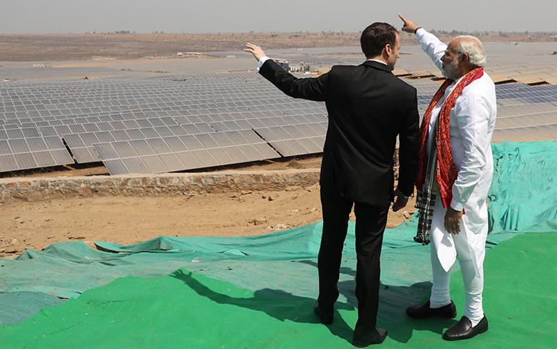 Der indische Premierminister Narendra Modi und der französische Präsident Emmanuel Macron eröffnen im März 2018 ein Solarkraftwerk in Indien