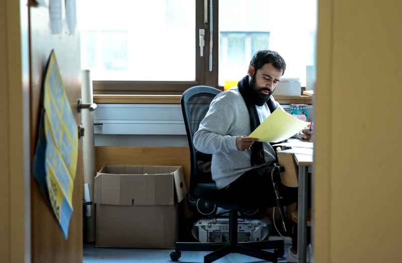 Sassan Esmailzadeh, unterrichtet bei PROSA und macht Administration