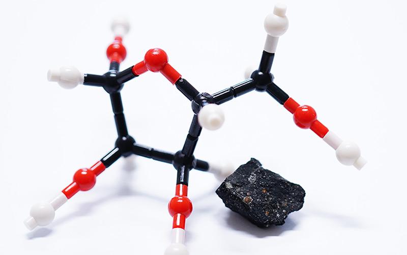 Molekulare Struktur von Ribose mit einem Fragment des Murchison-Meteoriten