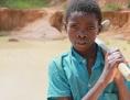 Bub im Steinbruch in Sambia