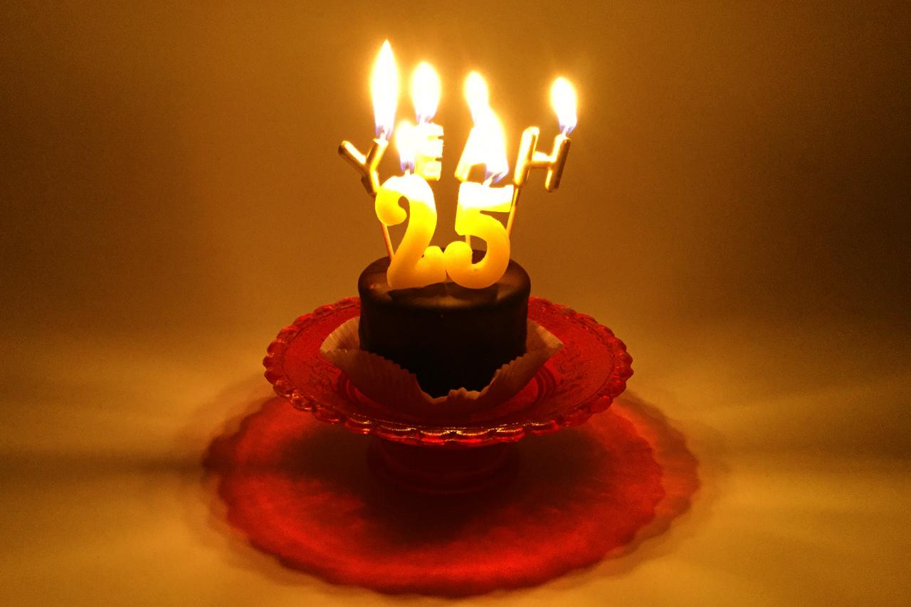 Geburtstagstorte mit Kerzen 25 yeah