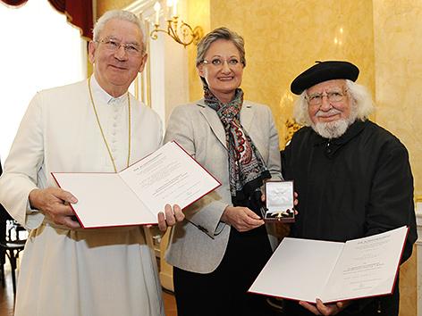 """(V.l.n.r.) Prälat Joachim Angerer, BM Claudia Schmied und Ernesto Cardenal, Überreichung des """"Österreichischen Ehrenkreuzes für Wissenschaft und Kunst 1. Klasse"""" am 26. März 2010 in Wien"""