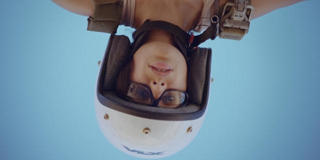 """Maryam Zaree mit Helm, kopfüber in der Luft. Filmstill aus """"Born in Evin"""""""