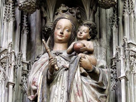 Eine Marienstatue mit Kind im Hauptschiff des Stephansdoms