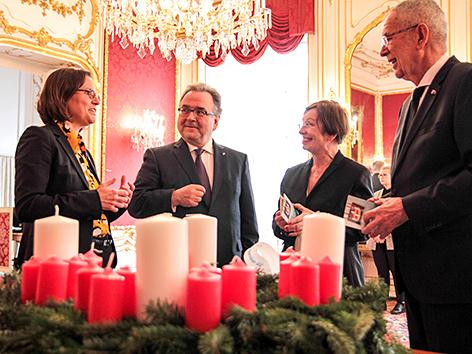 Bundespräsident Alexander Van der Bellen, Doris Schmidauer, Diakonie-Direktorin Maria Katharina Moser, Bischof Michael Chalupka mit Adventkranz