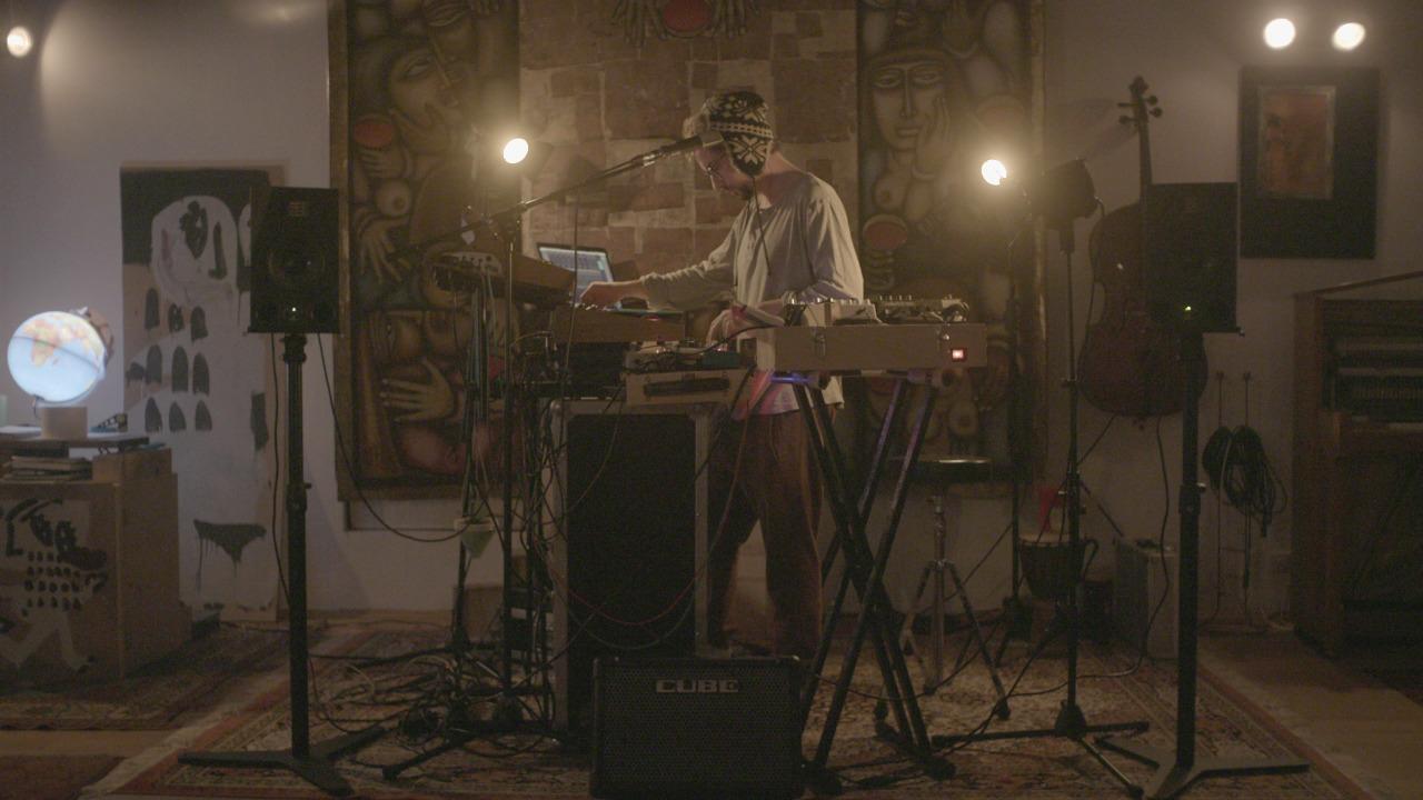 Paul Ruben mit seinen Instrumenten im Studio