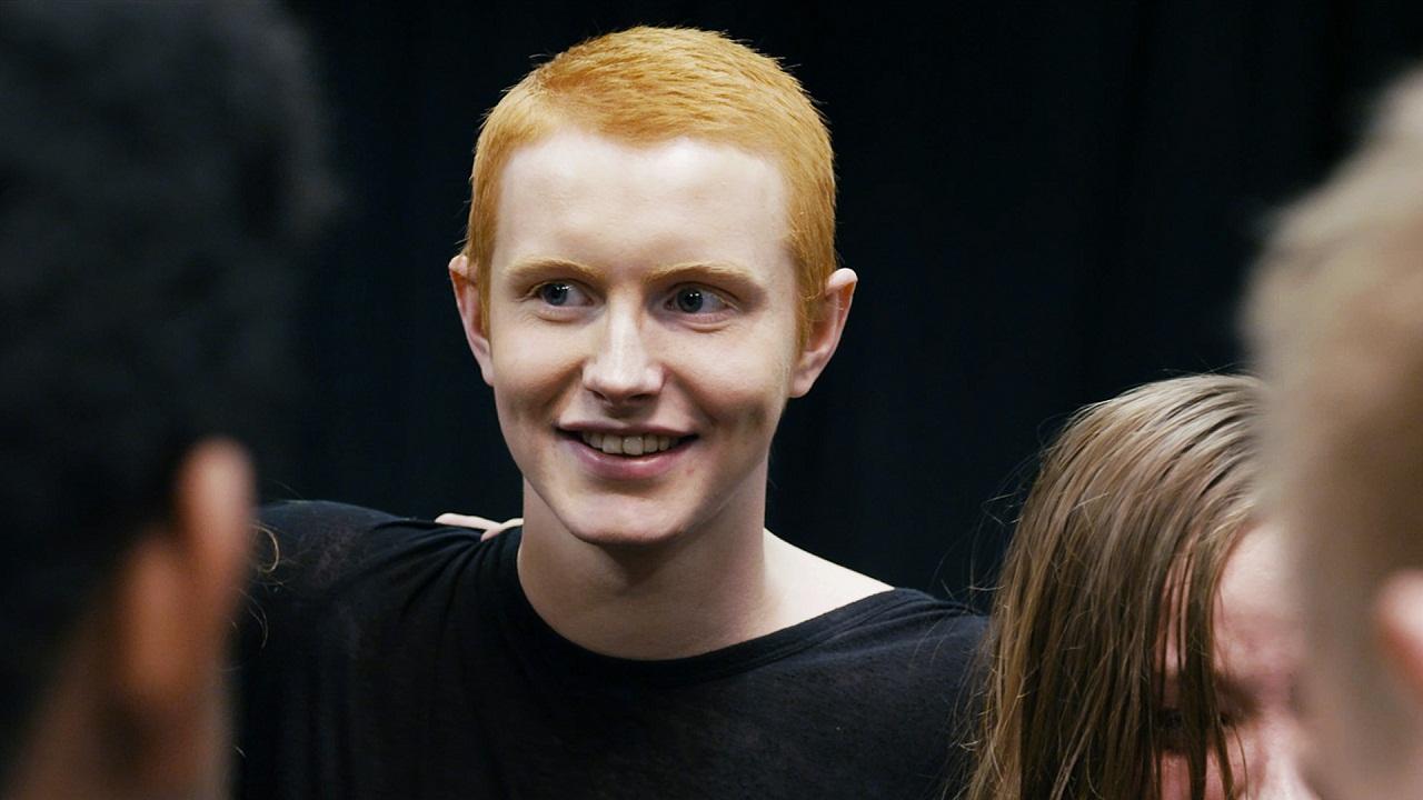 Ein Jugendlicher lacht inmitten anderer Jugendlicher. Er hat den Massenmord auf Utøya 2011 überlebt.