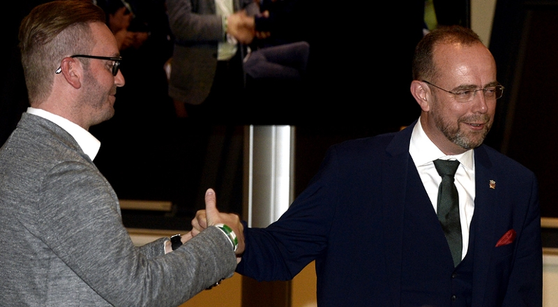 der unterlegene Roland Schmid gratuliert dem neuen Rapid Präsidenten Martin Bruckner