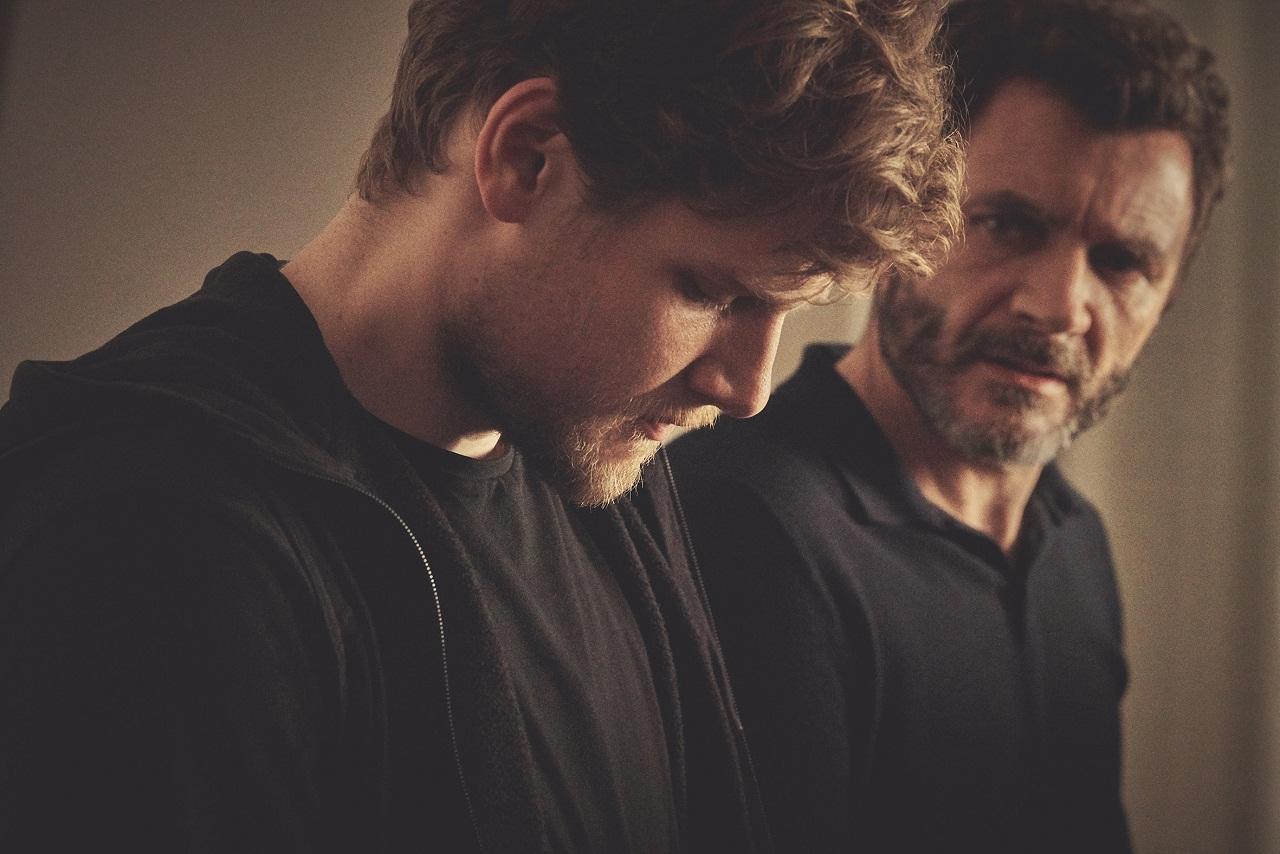 Alex Brendemühl schaut Dominic Marcus Singer grantig an