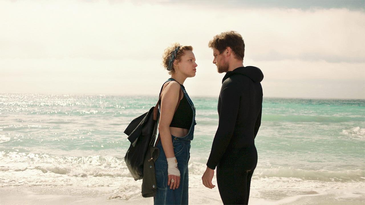 """Die Schauspieler Julia Franz Richter und Dominic Marcus Singer stehen am Strand und streiten. Filmstill aus """"Der Taucher""""."""