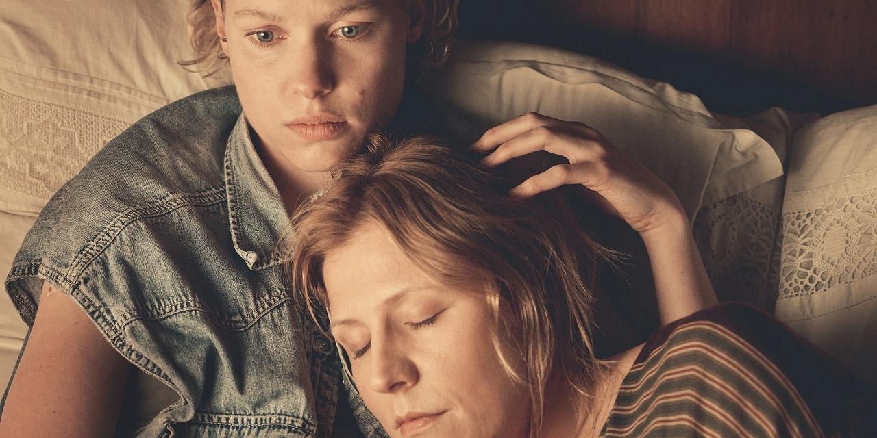 """Julia Franz Richter umarmt Franziska Weisz, die erschöpft wirkt. Filmstill aus """"Der Taucher"""""""