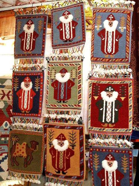 Teppiche mit Nikolausmotiv auf einem Markt in Myra (Türkei)