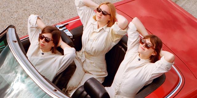 Girl Ray sitzen in einem Cabrio
