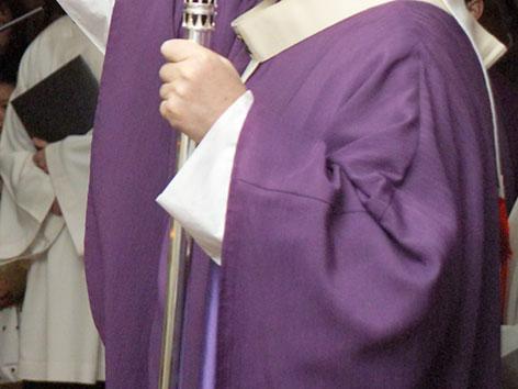 Violettes Gewand eines Bischofs