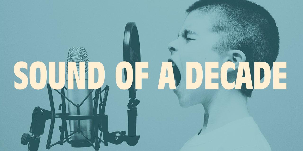 Collage: Junge singt in ein Mikrophon, darüber Schriftzug: Sound of a Decade