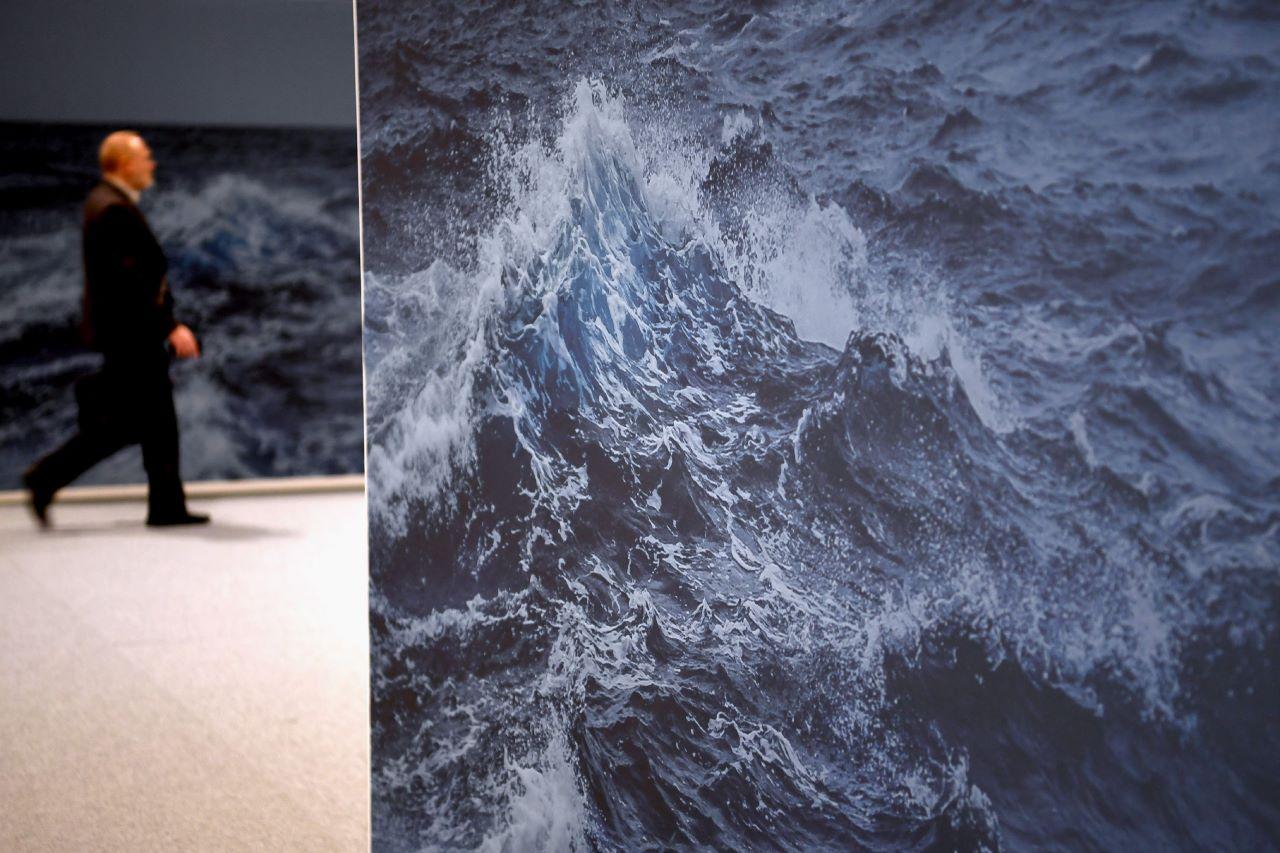Mann vor Bild einer großen Welle bei der COP25
