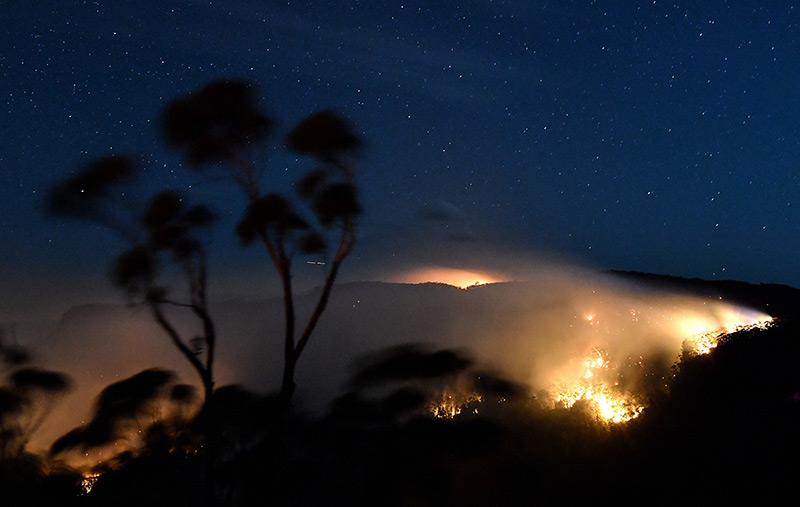 Buschfeuer in Australien: Flammen erleuchten die Nacht