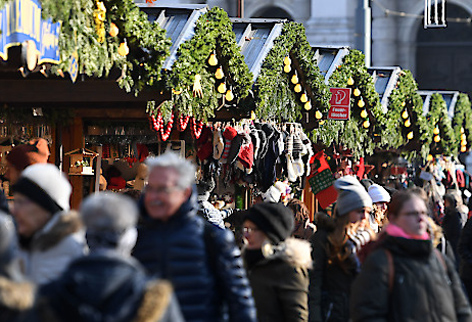 Besucher am Christkindlmarkt am Wiener Rathausplatz
