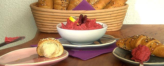 Salzstangerl mit Rote-Rüben-Hummus