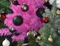 künstlicher Christbaum mit Weihnachtskugeln