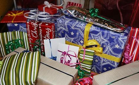 Weihnachtsgeschenke liegen unter einem Christbaum
