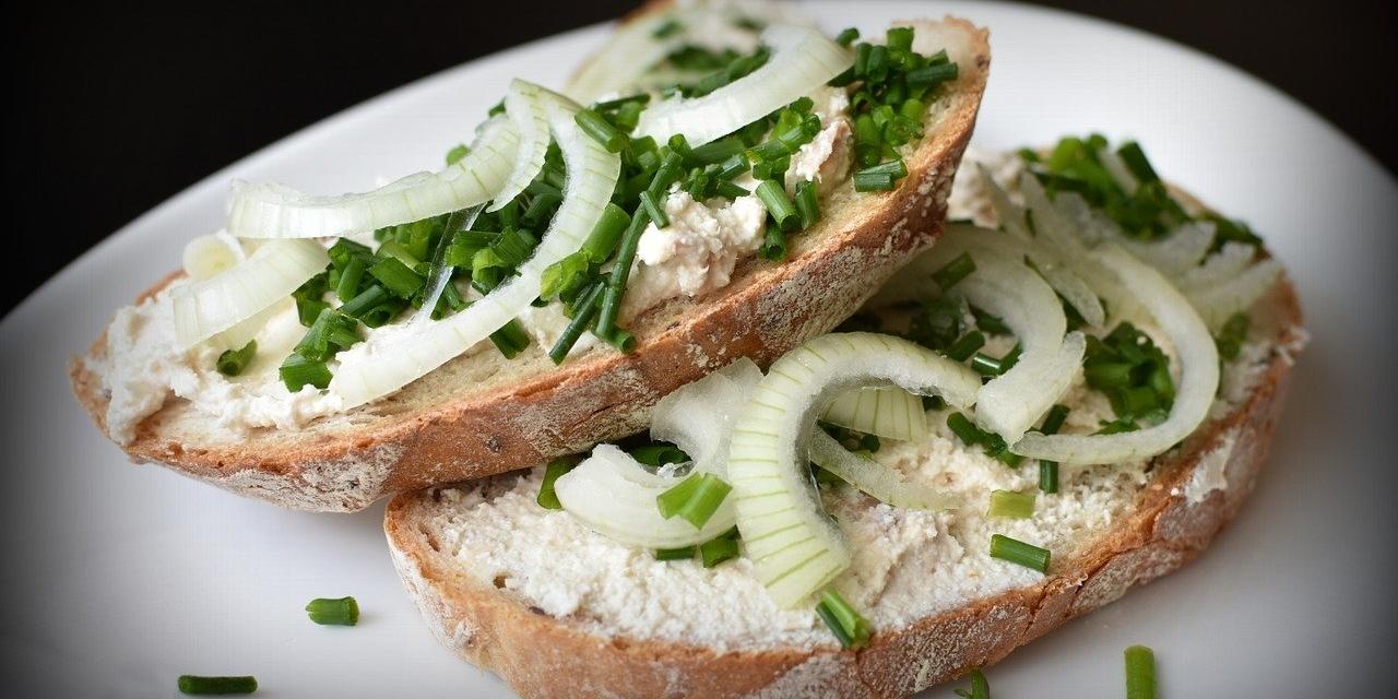 Brot mit Schnittlauch und Zwiebeln