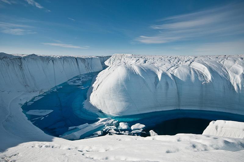 Wasser durchzieht den dicken Eisschild Grönlands