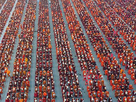 Buddhistische Mönche bei einer Versammlung in Myanmar