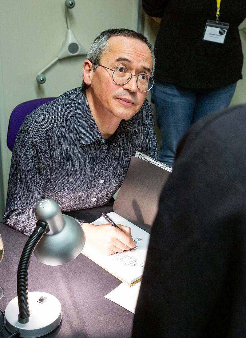Joe Sacco beim Signieren