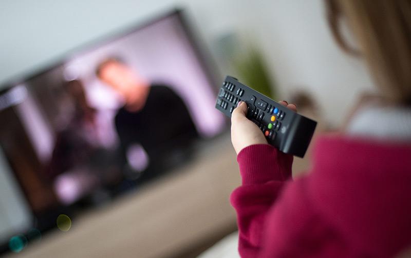 Eine Frau sieht fern