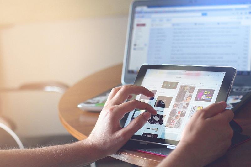 Ein iPad, auf dem jemand im Internet surft
