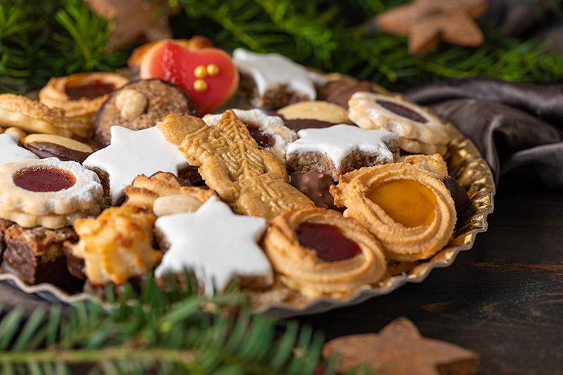 Weihnachtskekse auf einem Teller