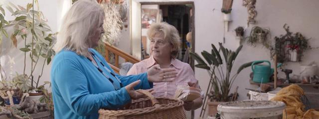 Barbara Baldini mit ihrer Nachbarin