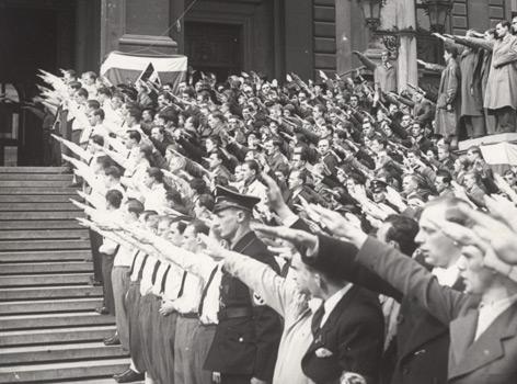 """Studenten auf der Rampe der Wiener Universität im März 1938 beim """"Deutschen Gruß"""""""