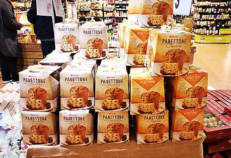 Ein Stapel kleiner Panettone-Kartons in einem Supermarkt