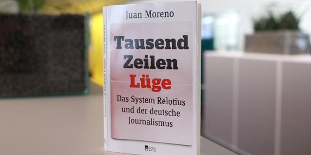 """Buch """"Tausen Zeilen Lüge"""" stehend"""
